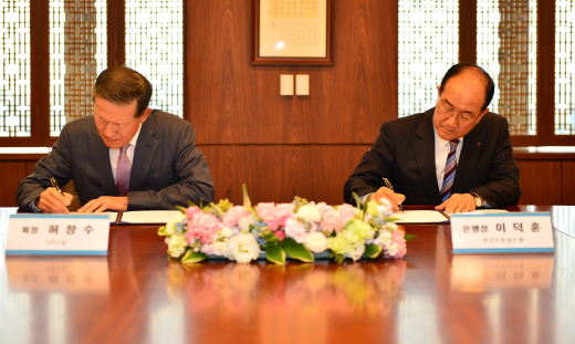 이덕훈 한국수출입은행장(오른쪽)과 허창수 GS그룹 회장이 지난 13일 오후 서울 역삼동 GS타워에서 '금융협력을 위한 업무협약'에 서명하고 있다. /사진제공=한국수출입은행