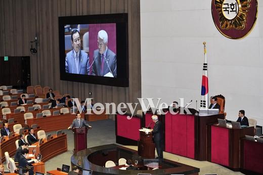 [MW사진] 오늘도 국회 출석한 이완구 총리