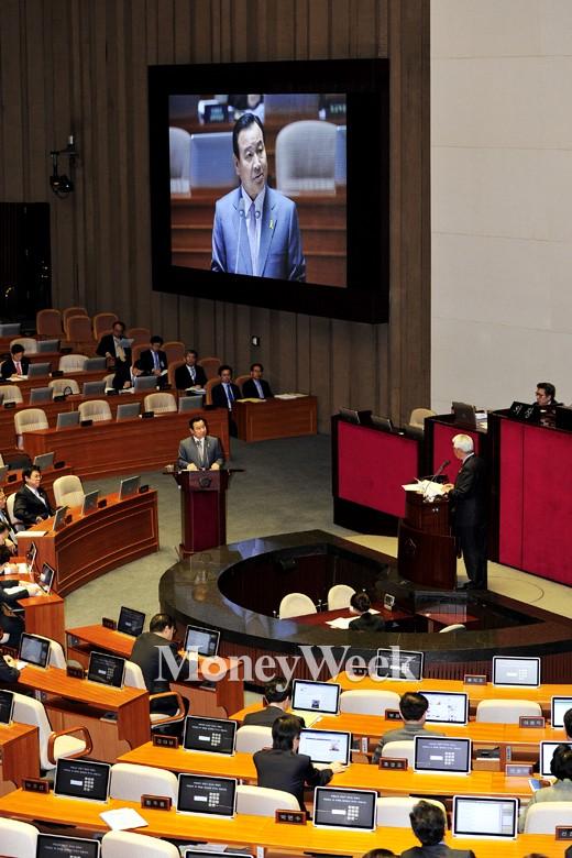 [MW사진] 국회 답변하는 이완구 총리