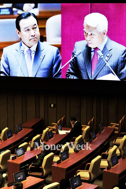 [MW사진] 이완구 총리, '꽉 다문 입술'
