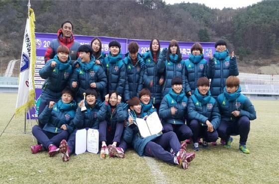 춘계여자축구연맹전에서 3년만에 우승을 거머쥔 여주대학교 여자축구부/사진제공=코오롱제약