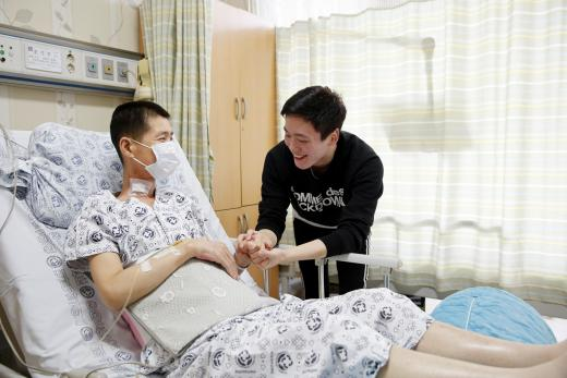 전남대병원에서 자신의 간을 이식해 준 조성훈 일병이 아버지 조기주씨를 만나고 있다.
