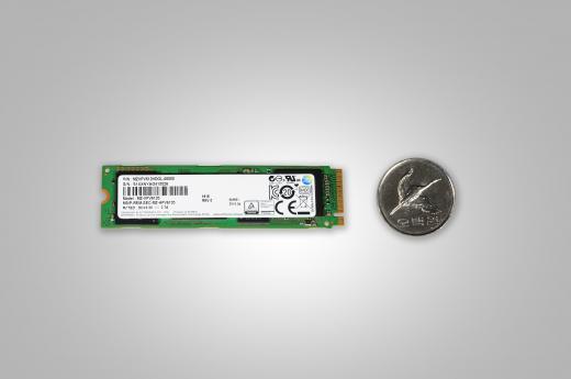 'M.2 NVMe SSD' vs 500원 동전 크기 비교