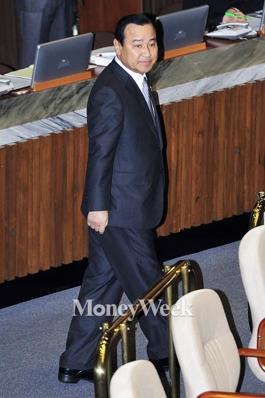 [MW사진] '비타500 파문' 이완구, 국회 대정부질문 참석