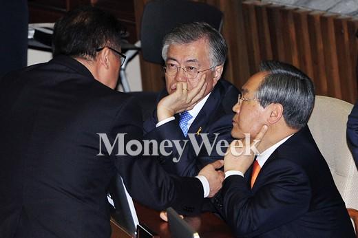 [MW사진] 국회 대정부질문, 의견 나누는 새정치 지도부