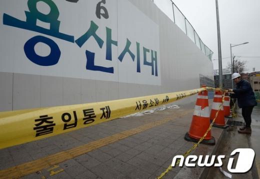 지난 20일 서울 용산역 인근 아파트 공사 현장 앞 버스 정류장에서 동공(싱크홀)이 발생해 시민 2명이 추락하는 사고가 발생했다. 사진제공=뉴스1