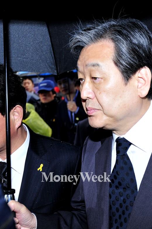 [MW사진] 세월호 유가족 얘기 듣는 김무성 대표