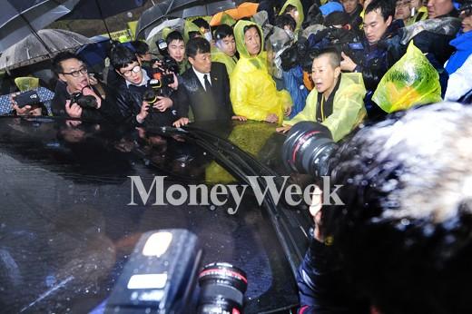 [MW사진] 김무성 안산 합동분향소 방문, '호소하는 유가족'