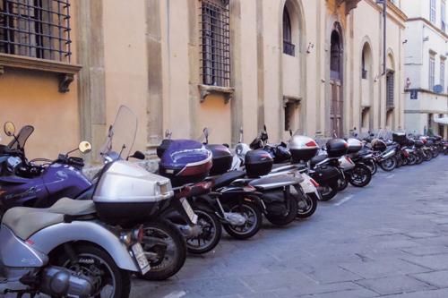 오토바이가 많은 시에나 골목