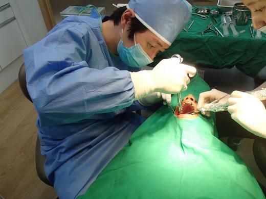 [김범진 원장의 치과 이야기①] 치아건강 위한 임플란트 치료, 시기 놓치지 말아야