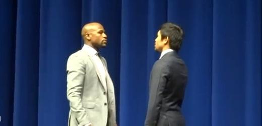 플로이드 메이웨더 주니어(왼쪽)와 매니 파퀴아오가 지난 3월 12일(한국시간) 라스베이가스에서 열린 기자회견에서 서로 마주보고 있다. /사진=유튜브 영상 캡처