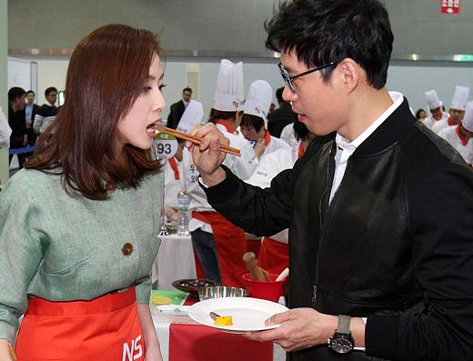 [MW사진] 유준상-홍은희 부부, '아직도 신혼처럼 뜨겁네'