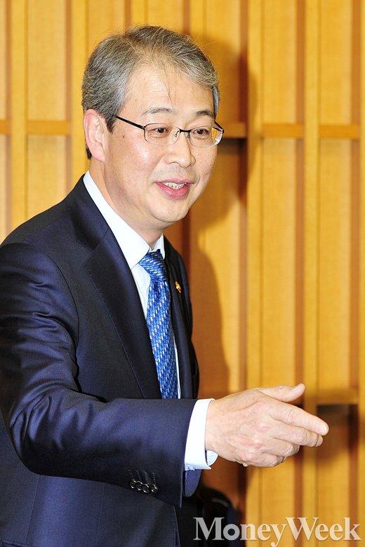 [MW사진] 모두발언에 앞서 인사 나누는 임종룡 금융위원장