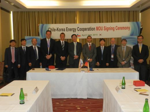 박근혜 대통령 중남미 순방 경제사절단의 일원으로 참가한 조환익 한국전력 사장(왼쪽 6번째)이 '한-칠레 에너지 양해각서' 서명식에서 칠레 대표단과 기념촬영을 하고 있다.