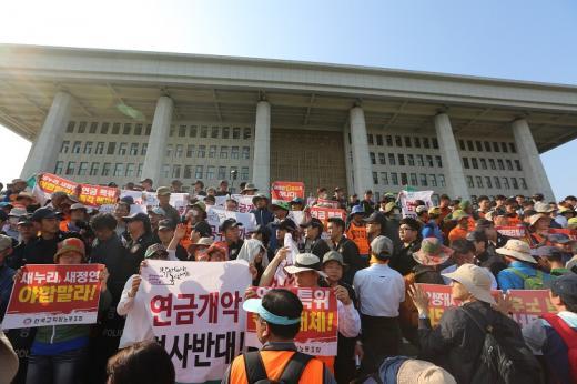 '공무원연금 개혁안' 전국공무원노동조합과 전국교직원노동조합은 1일 오후 4시 경 국회 본관 계단에서 기습 진입해 시위를 벌였다. /사진=전공노
