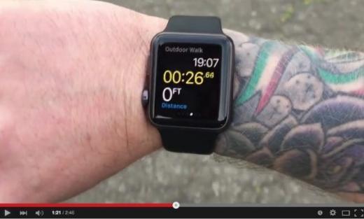 문신한 팔에 애플워치를 사용한 이용자. /사진=유튜브 캡처