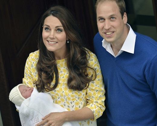 영국의 윌리엄(35)·케이트 미들턴(35) 왕세손 부부가 2일 런던 성모병원 특별병동에서 딸(3.71㎏)을 품에 안았다. /사진=뉴시스