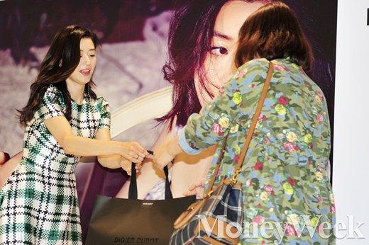 [MW사진] 몽파리 북 출판, '전지현도 보고 선물도 받고'