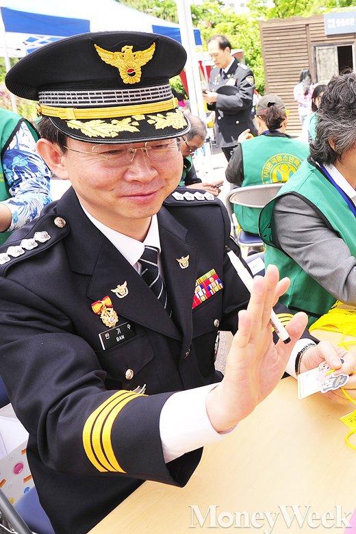 [MW사진] 오늘은 어린이날, '아이들과 인사나누는 반기수 광진서장'