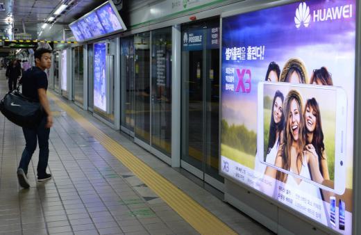서울시 중구 을지로입구역 스크린도어에 설치된 한 스마트폰 광고를 지나는 시민이 광고를 바라보고 있다. 사진제공=뉴시스
