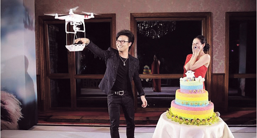 중국 영화배우 장쯔이(오른쪽)의 36세 생일 파티에서 가수 왕펑이 중국 다장이 만든 무인 비행기 '팬텀'에 청혼 반지를 담아 공개 프러포즈를 하면서 큰 화제가 됐다. 다장은 이 프로포즈로 13억 중국인에게 자사 무인기를 홍보하는 효과를 누렸다. 전 세계 상업용 무인기 시장의 70%를 점유한 다장은 중국 무인기 산업의 핵심 주자로 꼽힌다.