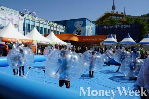 서울애니시네마가 있는 서울 애니메이션 센터의 주차장. 어린이날을 맞아 행사장으로 이용됐다.