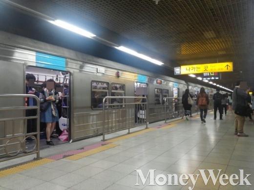 8일 오전 7시 50분쯤 서울 지하철 4호선 평촌역에서 시민들이 '지연 방송'을 듣고 하차하고 있다.