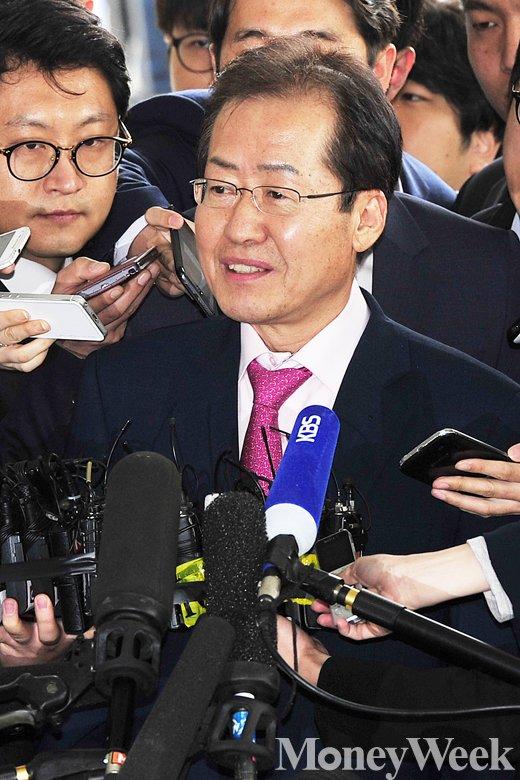 [MW사진] 검찰 출석 홍준표 지사의 '여유'