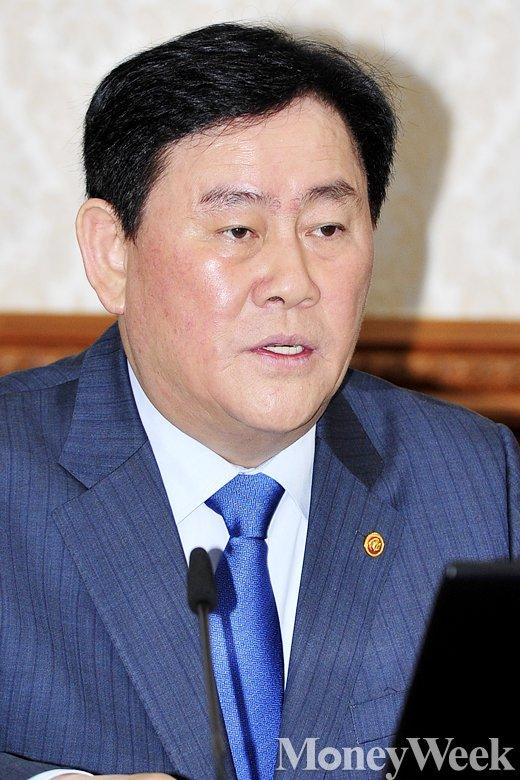 [MW사진] 임시 국무회의 주재하는 최경환