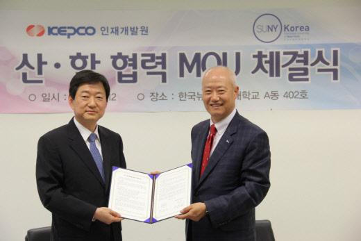 ▲허경구 한전 인재개발원장(좌측)과 김춘호 한국뉴욕주립대 총장(우측)이 산학 협력 확대를 위한 양해각서를 체결했다.