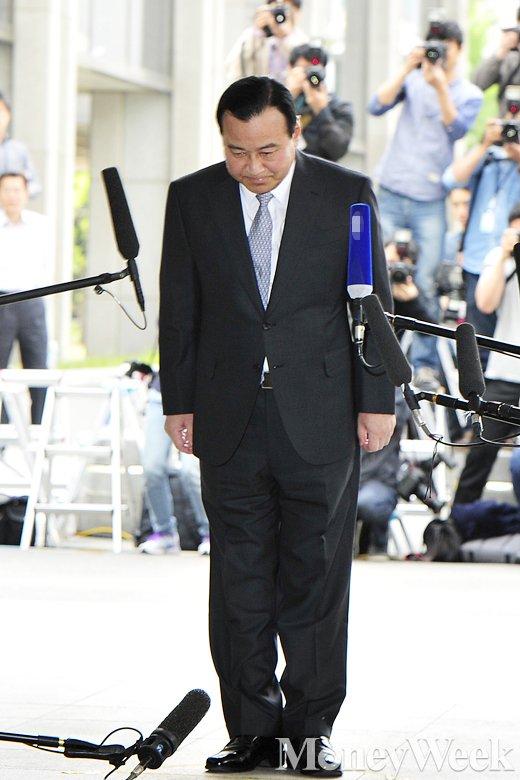 [MW사진] 고개숙인 이완구 전 총리