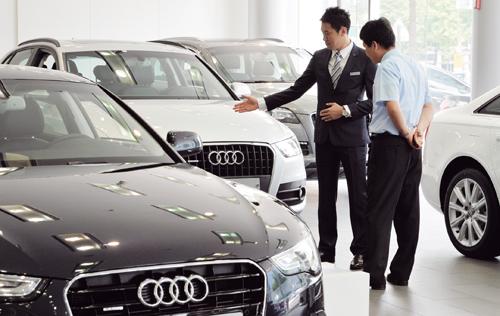 아우디 전시장에서 한 고객이 영업맨에게 차량에 대한 설명을 듣고 있다. /사진=머니투데이DB