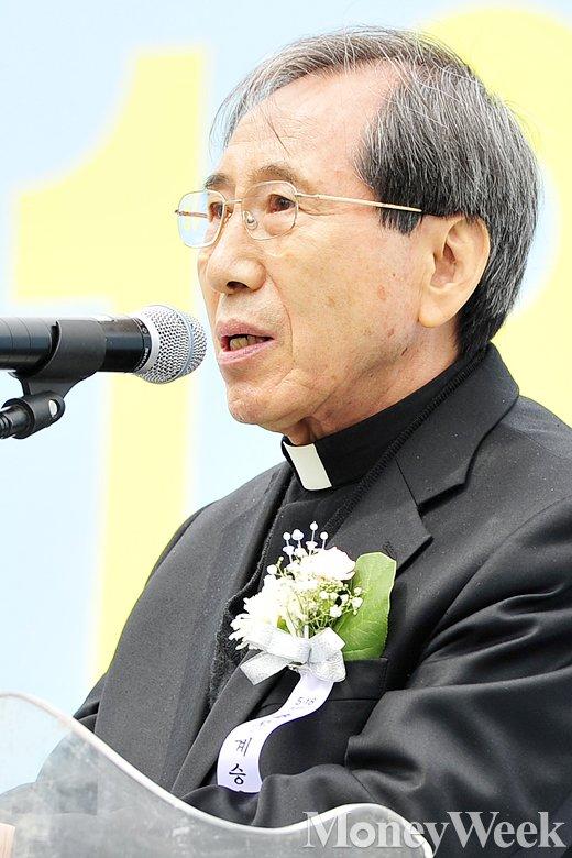 [MW사진] 5.18 서울 기념행사, '추모사 전하는 함세웅 신부'