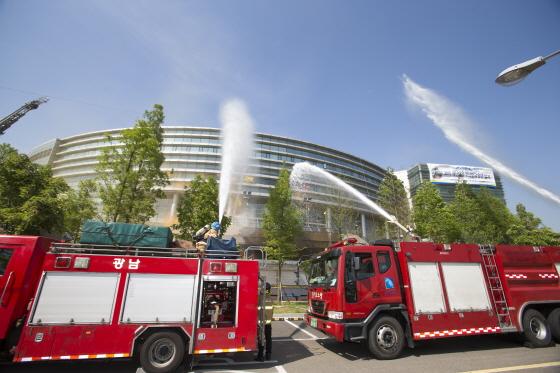 21일 광명스피돔에서 열린 '2015 재난대응 안전한국 훈련'에서 광명소방서 대원들이 물을 뿌리며 화재를 진압하고 있다./사진제공=국민체육진흥공단