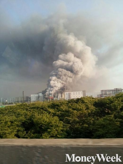 '제일모직 화재 진압' 연기에 휩싸인 김포 제일모직 물류창고(사진=독자 박현창씨 제보)