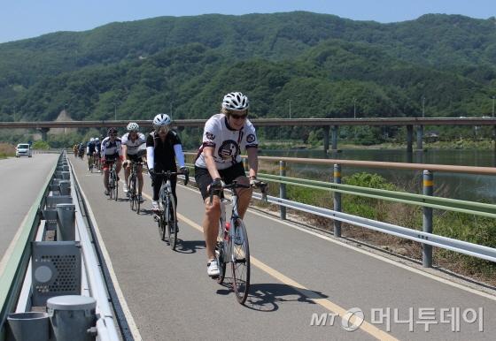 24일 북한강자전거길을 달리는 스티븐스 전 주한 미국대사/사진=박정웅 기자