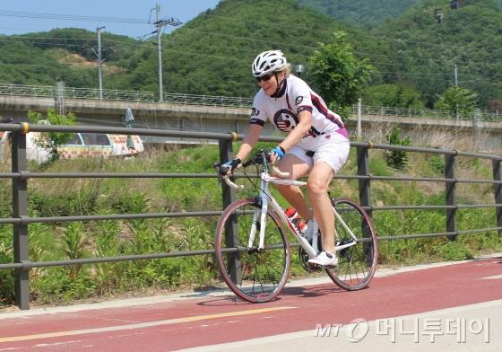 25일 북한강자전거길을 달리는 스티븐스 전 주한 미국대사/사진=박정웅 기자