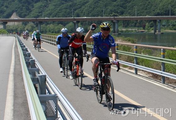 봉땅 주한 벨기에대사가 북한강자전거길을 달리며 포즈를 취하고 있다./사진=박정웅 기자