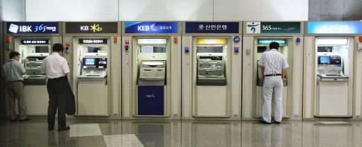 2일부터 직접회로(IC칩)이 없는 마그네틱(MS) 신용카드로는 자동화기기(ATM)를 이용할 수 없게 된다. /사진=머니위크DB