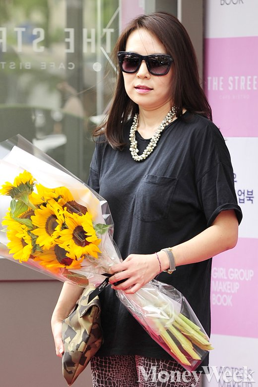 [MW사진] 곽정은, '해바라기 들고 찰칵!'