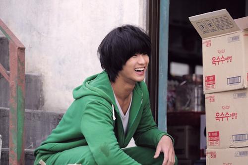 원작작가 훈의 웹툰원작 영화로 인기배우 김수현이 동네바보이자 북한의 남파특수공작원으로 출연했던 영화 <은밀하게 위대하게> /사진=머니투데이 DB