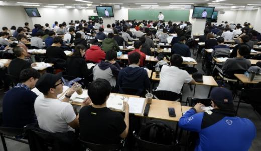 서울 동작구 노량진의 한 고시학원에서 수험생들이 강의를 들으며 공부를 하고 있다/사진=뉴스1