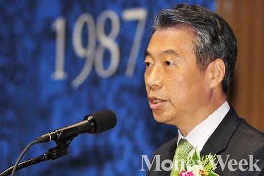 [MW사진] 6·10 민주항쟁 기념사 대독하는 정종섭 장관