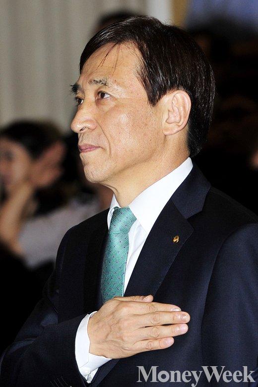 [MW사진] 한국은행 65주년, '국민의례 갖는 이주열 총재'