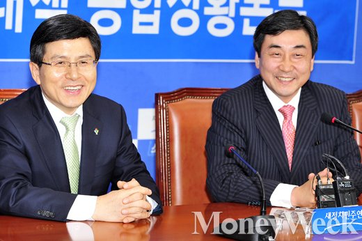 [MW사진] 웃고 있는 고교동창 '황교안-이종걸'
