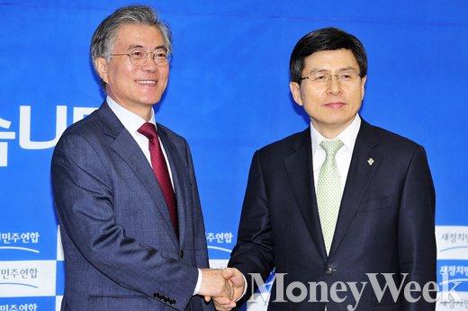 [MW사진] 악수 나누는 황 총리와 문 대표