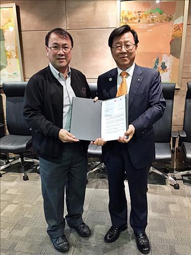 지난 19일 싱가포르 육상교통청 청사에서 열린 싱가포르 T3008 프로젝트 계약 서명식에서 오두환 GS건설 인프라부문 대표(오른쪽)와 추아총켕 싱가포르 LTA 부사장(왼쪽)이 계약서에 서명 후 기념 촬영하고 있다. GS건설 제공.