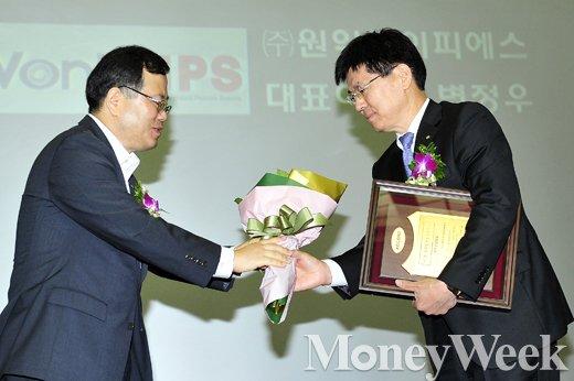 [MW사진] 대한민국 코스닥대상 시상식, 꽃다발 받는 변정우 대표