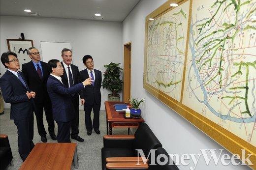 [MW사진] 서울시에 대해 설명하는 박원순 시장
