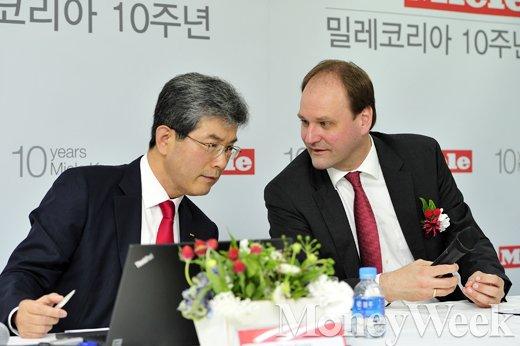 [MW사진] 귀엣말 나누는 안규문 대표와 마르쿠스 밀레 회장